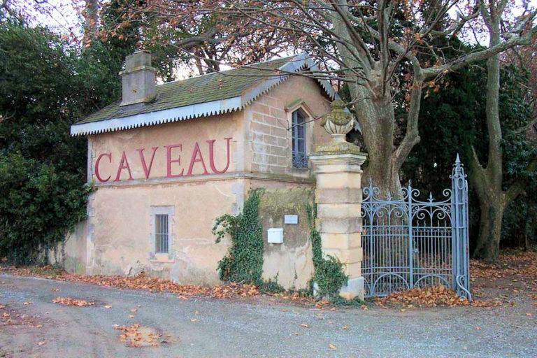 Vue extérieure du caveau de la Commanderie de Preïssan et du Canal du Midi