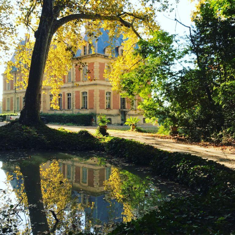 Le château de la Commanderie de Preïssan au bord du Canal du Midi